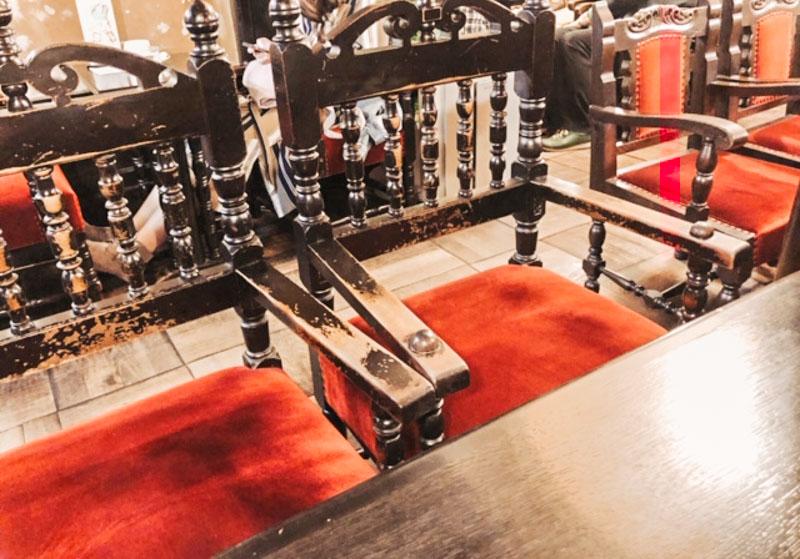 フランソア喫茶室の赤い椅子