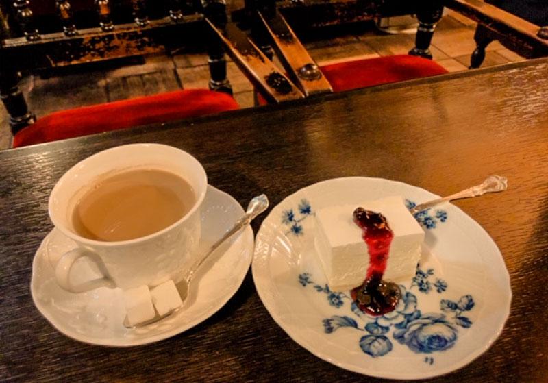 フランソア喫茶室のミルクティーとケーキ