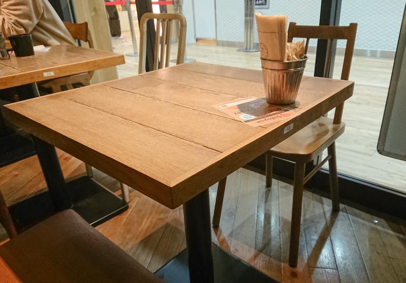 drip-x-cafeのテーブル席
