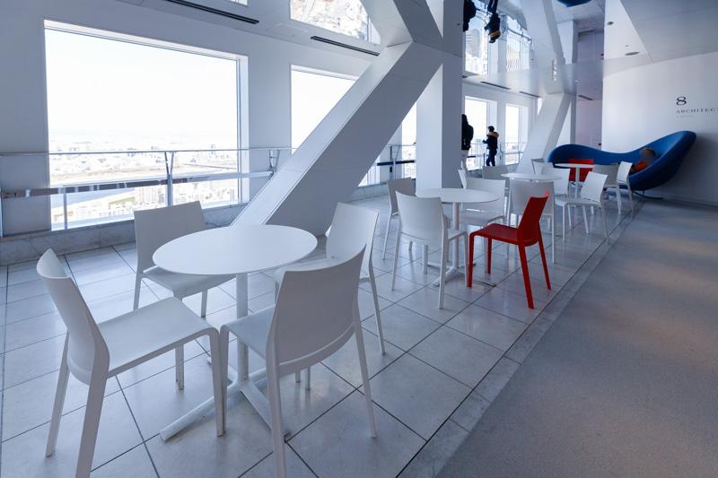 空中庭園展望台の机と椅子