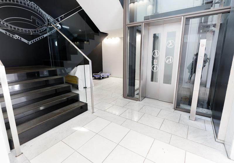 空中庭園展望台の階段とエレベーター