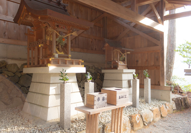 谷瀬の吊り橋の散歩道にある神社