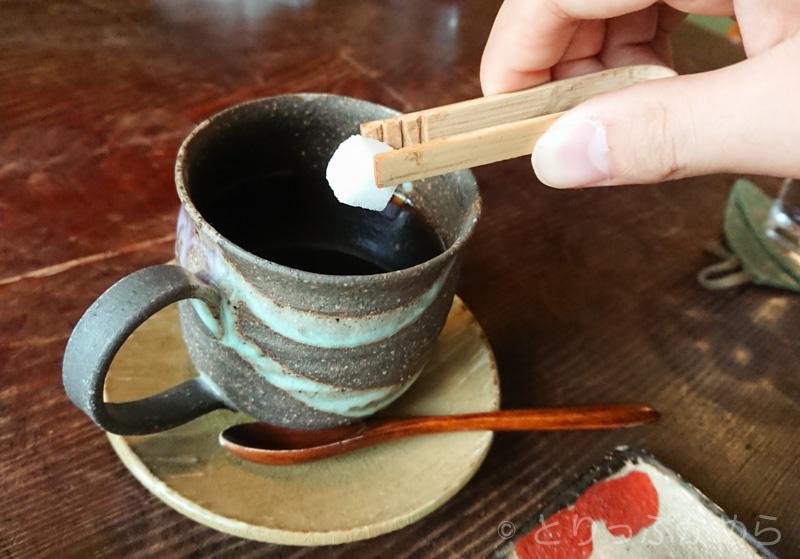 コーヒーに砂糖を入れる