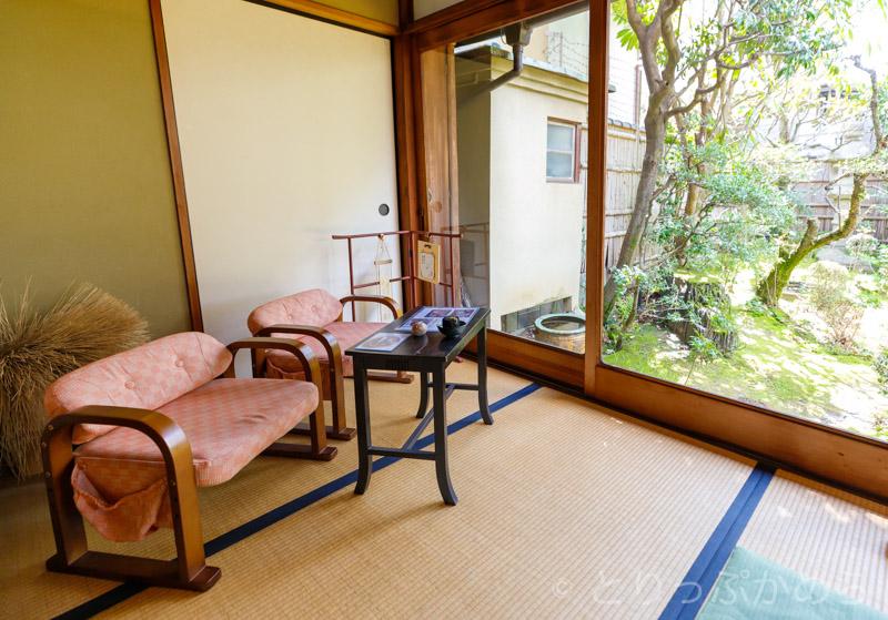 竹情荘の庭を眺めれる席