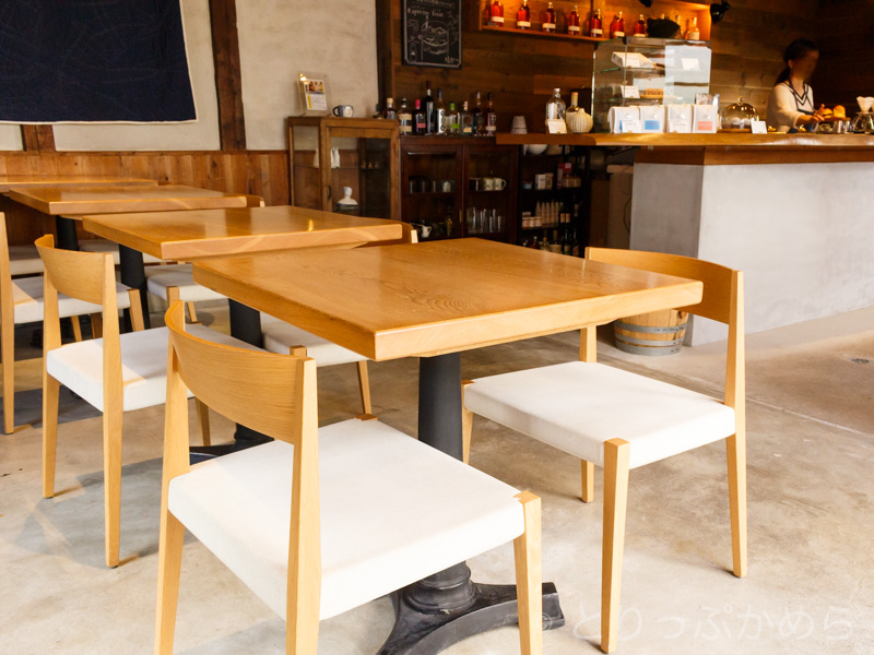 ノットカフェのテーブル席
