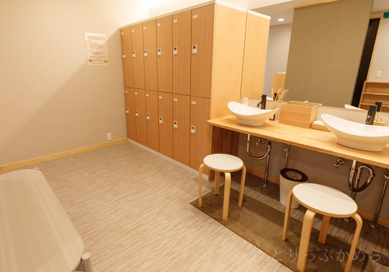 グランエレメントのシャワー室のロッカーと洗面台