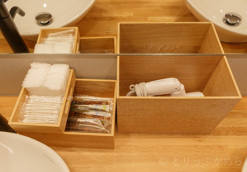 グランエレメントのシャワー室の洗面台のアメニティ