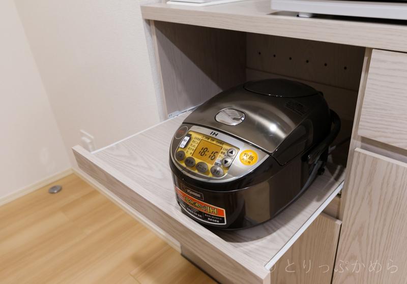 ロウヤのキッチンボード下段に炊飯器置いてみた