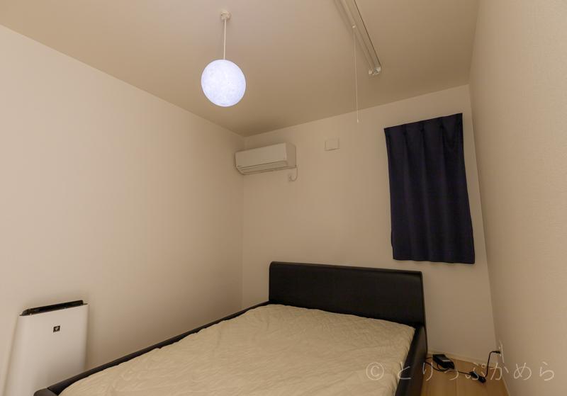 寝室に吊るしている月のランプ