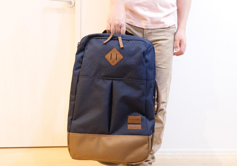 リップカールのキャリーバッグの持ち方2