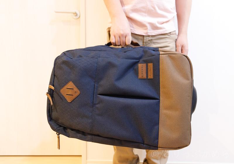リップカールのキャリーバッグの持ち方1