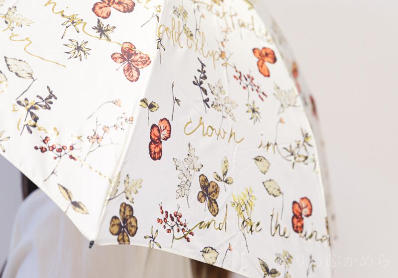 ジルスチュアートのボタニカル柄の傘のアップ