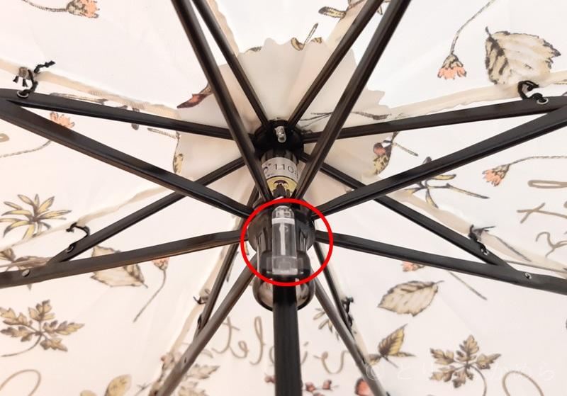 ジルスチュアートのボタニカル柄の折りたたみ傘のプッシュボタン