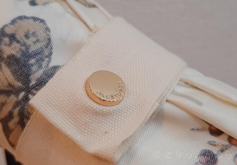 ジルスチュアートのボタニカル柄の綿リボンの留め具
